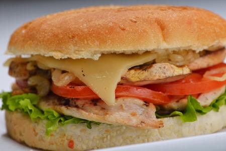 sandwich de pollo: bodegón con menú rápido hamburguesa de comida, patatas fritas, refrescos y salsa de tomate Foto de archivo