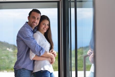 jovenes enamorados: romántico joven pareja feliz relajarse en casa Foto de archivo