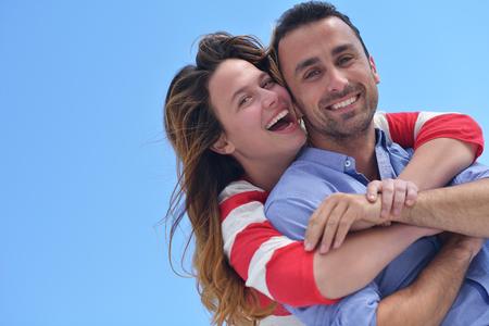 feliz joven pareja romántica divertirse relajarse sonrisa en casa moderna de interior y al aire libre Foto de archivo