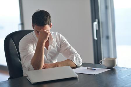 Frustré par des problèmes jeune homme d'affaires travaillant sur ordinateur portable à la maison Banque d'images - 29529295