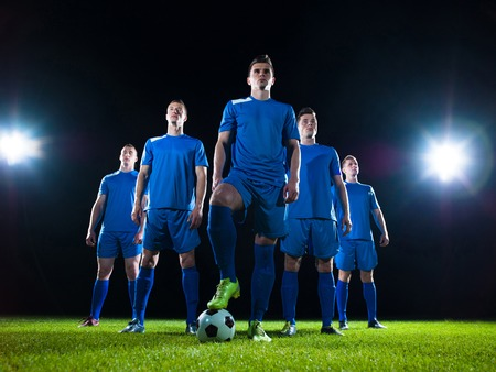 Groupe de joueurs de l'équipe de football isolé sur fond noir Banque d'images - 30503764