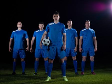 Voetbalspelers team groep geïsoleerd op zwarte achtergrond