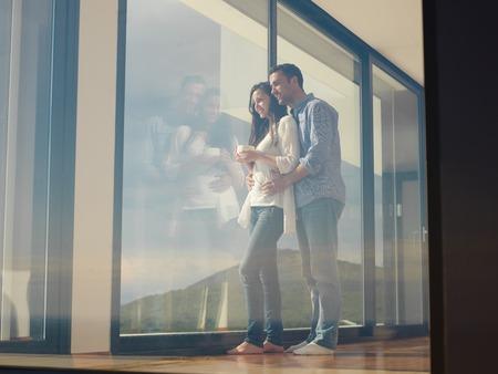 生活方式: 浪漫快樂的年輕夫婦在現代家居室內放鬆