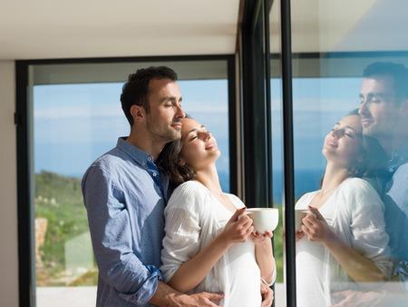 로맨틱 행복 한 젊은 커플 실내 현대 집에서 휴식을 취할 스톡 콘텐츠