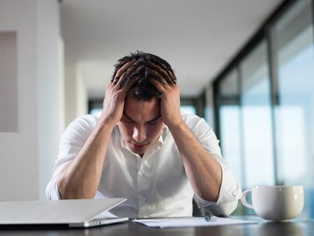 gente triste: frustrado con problemas joven hombre de negocios que trabajan en la computadora port�til en casa