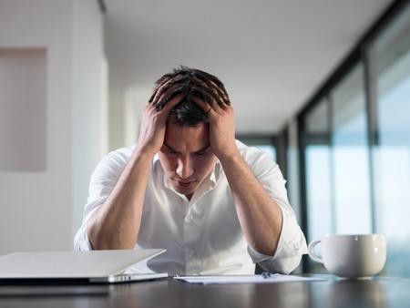 自宅のラップトップ コンピューターで作業する問題若いビジネス人に不満