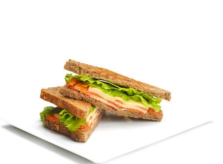新鮮なサンドイッチは、野菜と肉魚が白い背景で隔離のクローズ アップ