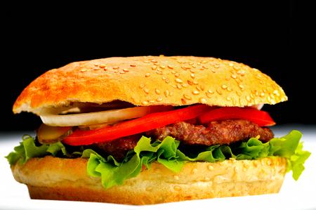 sandwich de pollo: naturaleza muerta con menú rápido hamburguesa de comida, papas fritas, refrescos y salsa de tomate