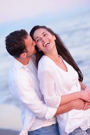 Feliz joven pareja romántica en el amor se divierten en la playa hermosa en el hermoso día de verano Foto de archivo - 32145607