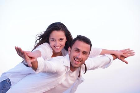 jovenes enamorados: feliz joven pareja romántica en el amor se divierten en la playa hermosa en el hermoso día de verano Foto de archivo