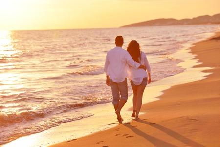 恋の幸せのロマンチックなカップルは、美しい夏の日に美しいビーチで楽しい時を過す