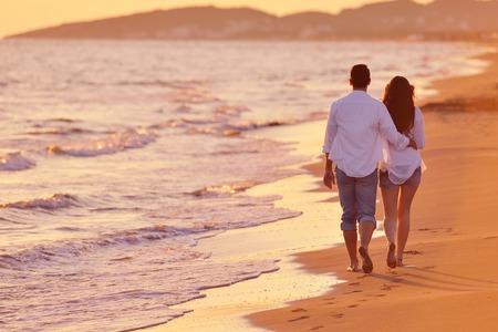 felice giovane coppia romantica in amore divertirsi sulla bella spiaggia a bella giornata estiva