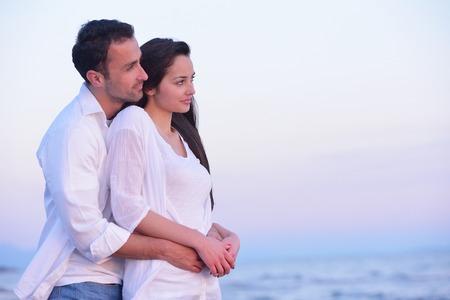 parejas romanticas: feliz joven pareja romántica en el amor se divierten en la playa en el hermoso día de verano