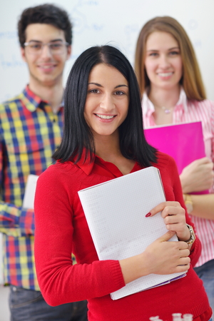 adolescentes estudiando: feliz grupo de jóvenes adolescentes en la escuela tiene una diversión lecciones de aprendizaje