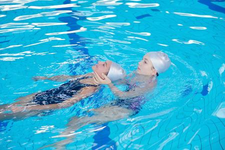 수영장에서 수영 학교에서 도움과 구조 활동