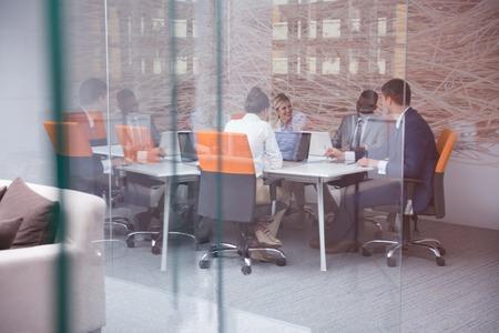 üzlet: fiatal üzletemberek csoportja már találkozásra és közös munkára a modern világos iroda beltéri