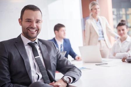 젊은 비즈니스 사람들 그룹 회의 및 현대 밝은 사무실 실내에서 일하고있다 스톡 콘텐츠