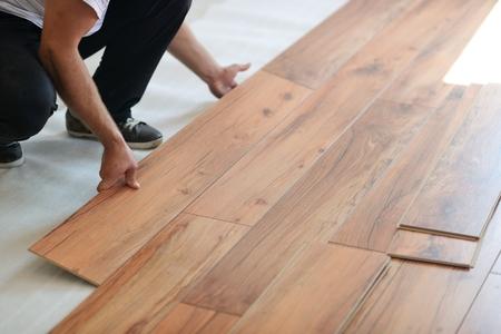 Het installeren van laminaatvloer in nieuwe huis indoor