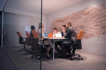 若いビジネス人グループが会議と近代的な明るいオフィス屋内での作業