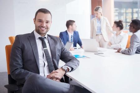 LIDER: grupo de gente joven empresa reuni�n y de trabajo en la oficina moderna brillante cubierta Foto de archivo