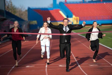 비즈니스 사람들이 함께 경주 트랙에서 실행