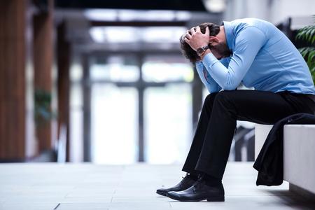 Frustré jeune homme d'affaires travaillant sur ordinateur portable au bureau Banque d'images - 36197498