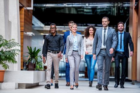 젊은 다중 민족적인 비즈니스 사람들 그룹 산책 서 평면도