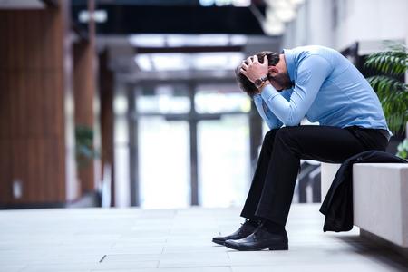hombre de negocios: frustrado hombre de negocios joven que trabaja en la computadora portátil en la oficina