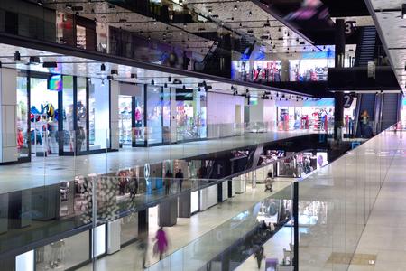 현대 밝은 쇼핑몰 실내 아키텍처