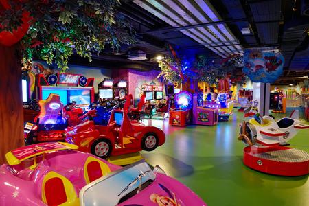 子供やビデオゲームのためのモダンなショッピング モール遊び場 写真素材