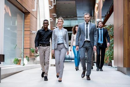 parejas caminando: multi joven grupo permanente de personas de negocios étnicos caminar y vista desde arriba Foto de archivo