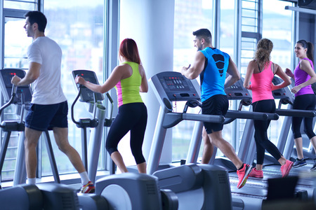 groep van jonge mensen die op loopbanden in de moderne sport gym Stockfoto