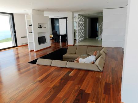 Portrait d'homme âgé de détente dans un canapé à la maison