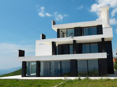 case moderne: Veduta esterna di una moderna villa casa contemporanea
