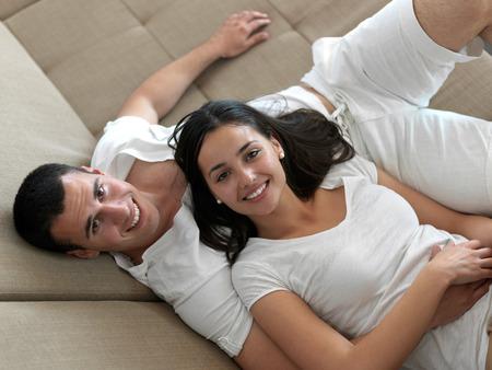romantyczny: Romantyczny szczęśliwa młoda para relaks w nowoczesnym domu w pomieszczeniu i zabawy Zdjęcie Seryjne