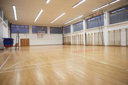 balon de voley: gimnasio de la escuela primaria cubierta con red de voleibol