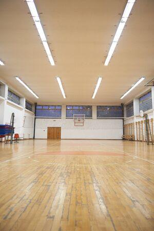 cancha de basquetbol: gimnasio de la escuela primaria cubierta con red de voleibol