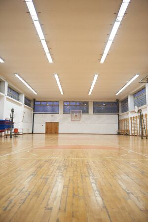 terrain de basket: gymnase de l'école élémentaire à l'intérieur avec filet de volley