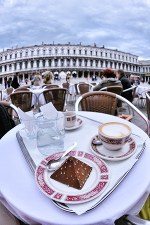 Tasse Kaffee Cappucinno Drink in Restaurant im Freien