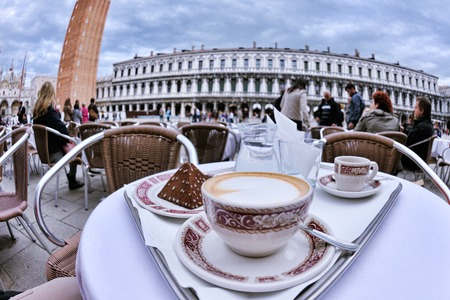 kopje koffie cappucinno drankje in openlucht restaurant Stockfoto