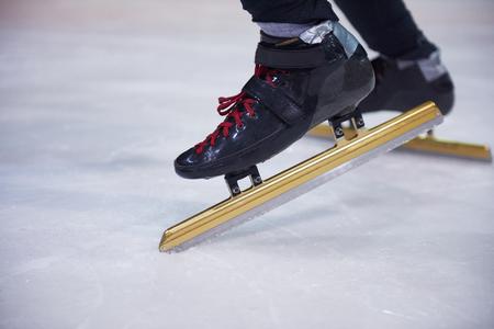 patinaje sobre hielo: el deporte de patinaje de velocidad con los atletas jóvenes