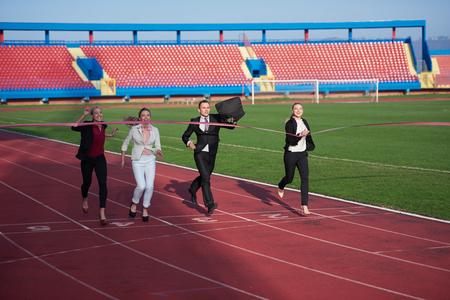 gente corriendo: la gente de negocios que se ejecutan junto a la pista de carreras Foto de archivo