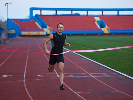 hombre deportista: corredor de pista de atletismo línea de meta