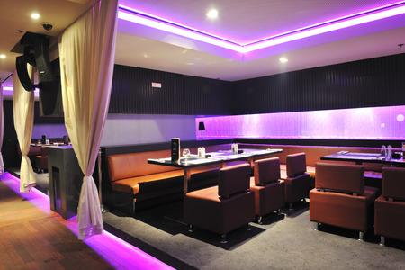 barra: moderno bar de diseño del club restaurante en el interior Foto de archivo