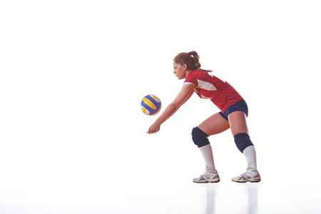 voleibol: voleibol mujer saltar y patear la pelota aislados sobre fondo blanco