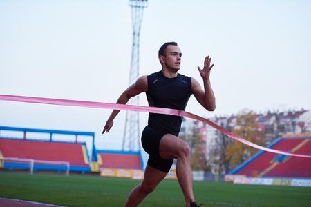 deportista: corredor de pista de atletismo l�nea finis Foto de archivo