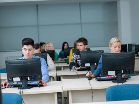 grupo de estudiantes de tecnología en el aula laboratorio de computación