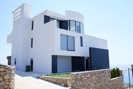 case moderne: Veduta esterna di una casa moderna villa contemporanea al tramonto Archivio Fotografico