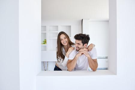pareja en casa: romántico joven pareja feliz relajarse en moderna escalera de su casa en interiores