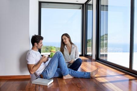 romántico joven pareja feliz relajarse en moderna escalera de su casa en interiores